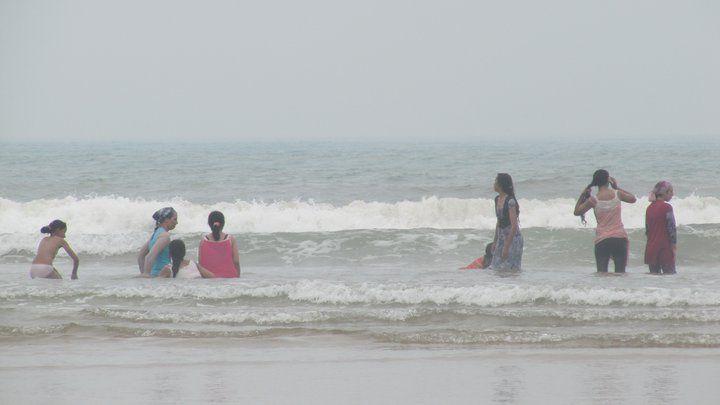 mujeres-marruecos-playa-yoga-