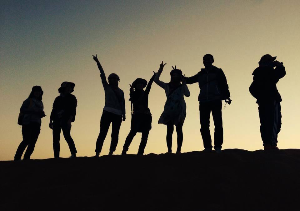 yoga-en-el-desierto-gente-desierto