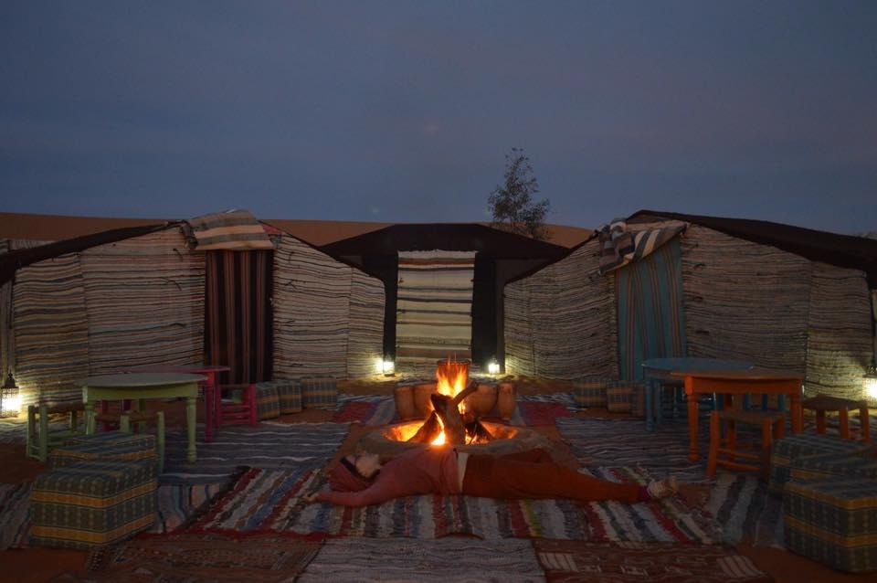 noche-fuego-jaimas-desierto-yoga