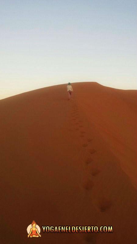 yoga-en-el-desierto-ascenso-duna-zen