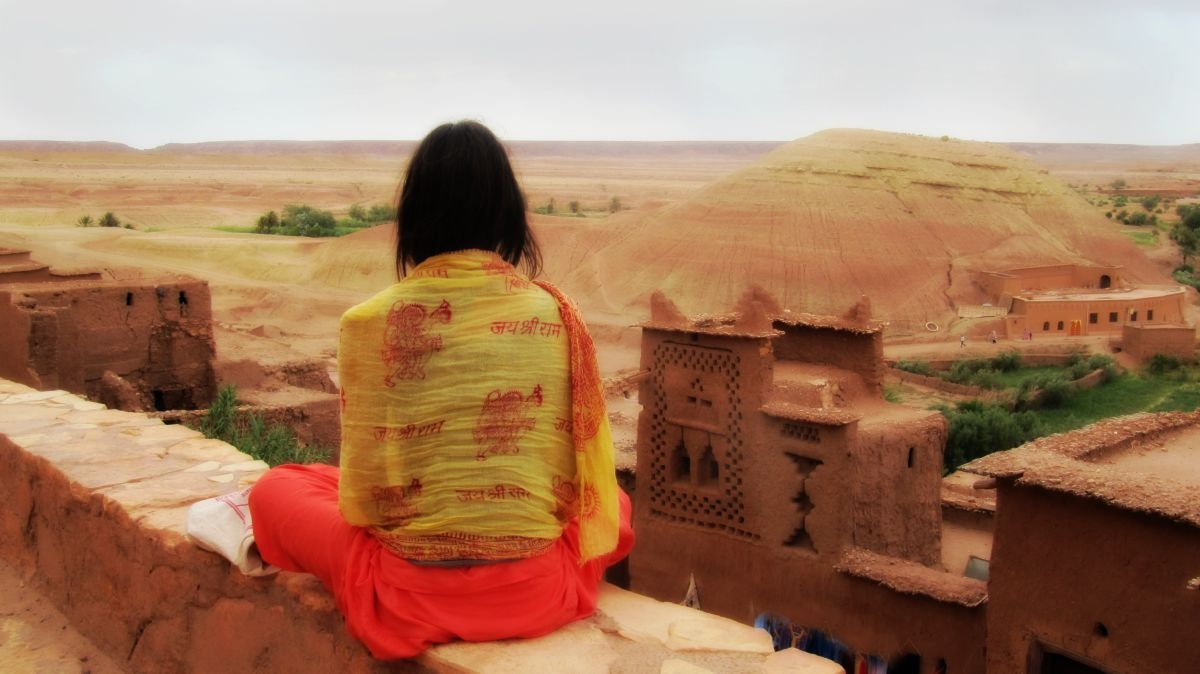 travel-yoga-desert