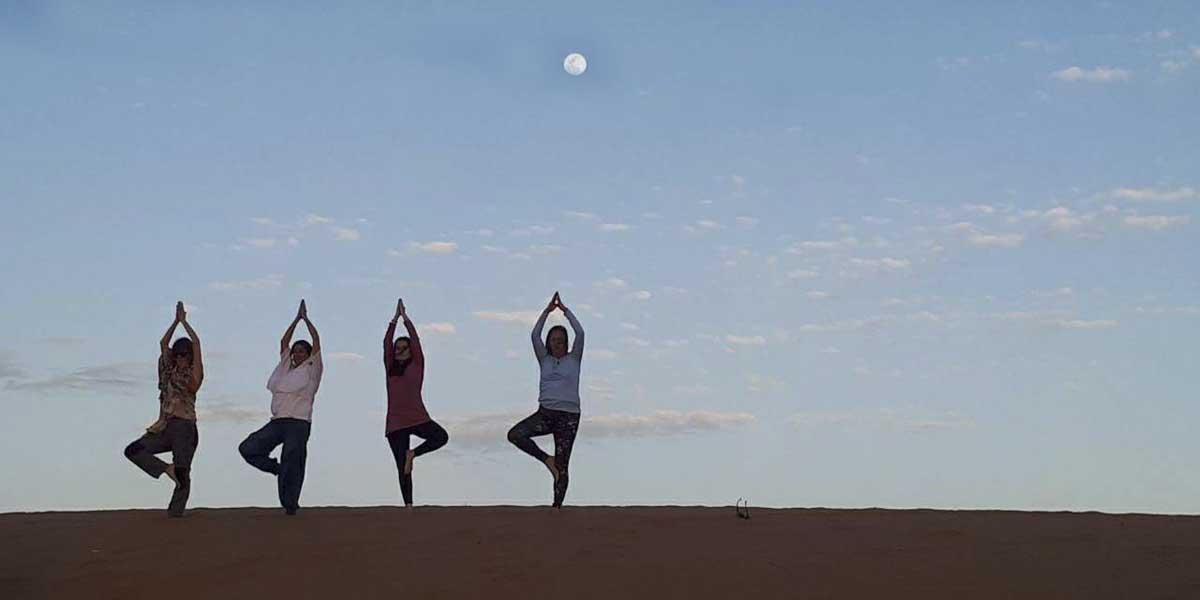 yoga-desierto-puente-ocubre-vacaciones